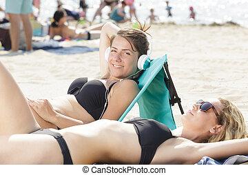 sunbathing, plaża, kobiety, dwa