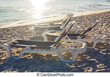 sunbeds, su, il, mare, spiaggia, durante, sunset.