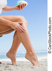 sunblock, mulher, dela, perna, rubbing, praia