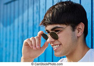 sunglasses, młody, dzierżawa, uśmiechnięty szczęśliwy, człowiek