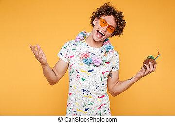 sunglasses, młody, nosić, uśmiechnięty człowiek, plaża, szczęśliwy