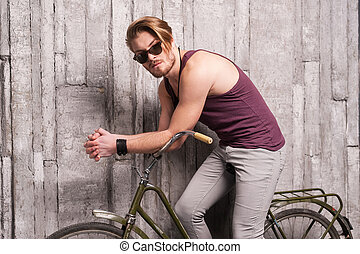 sunglasses, posiedzenie, młody, bicycle., patrząc, aparat fotograficzny, rower, przystojny, człowiek
