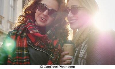 sunglasses, przyjaciele, wpływy, dwa, młody, selfies, ulica., godny podziwu
