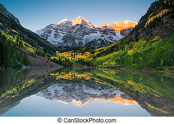 Maroon bells lake - Sunrise at Maroon bells lake, Aspen,...
