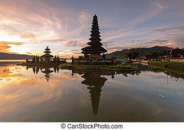 Sunrise at Pura Ulun Danu Beratan temple in Bedugul Bali ...