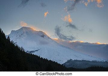 Sunrise clouds around Mt. hood, Oregon