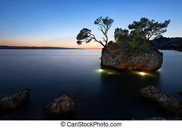 Sunset at beach with Kamen Brela (Brela Stone), Brela,...