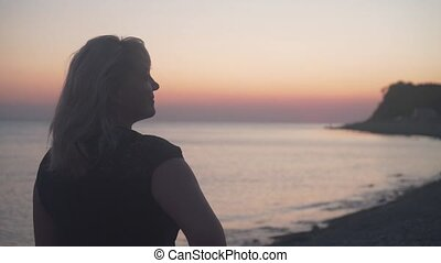 sunset., femme, appareil photo, mer, stands, plage., elle, dos, fond