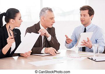 suo, affari, seduta, persone, tre, ideas., fiducioso, mentre, tablepresenting, presentare, linguetta, discutere, qualcosa