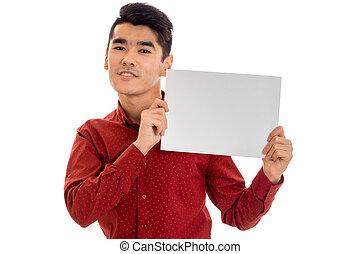 suo, cartellone, elegante, isolato, giovane, t-shirt, sfondo rosso, mani, ritratto, bianco, vuoto, uomo