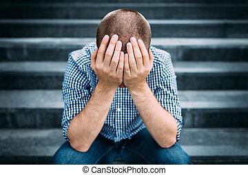 suo, esterno, selettivo, seduta, faccia, mantello, fuoco, giovane, scale., tragedia, concetto, mani, disperazione, ritratto, triste, tristezza, hands., uomo