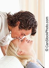 suo, fidanzato, fronte, baciare, ritratto, uomo