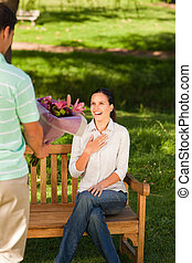 suo, fiori, moglie, offerta, uomo, giovane