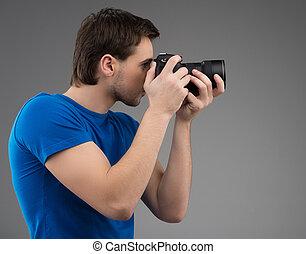 suo, macchina fotografica., grigio, giovane, isolato, fiducioso, mentre, macchina fotografica, tenere mani, focalizzazione, vista, lato, uomo