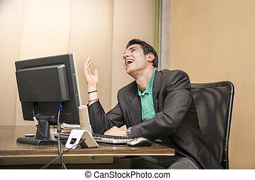 suo, seduta, giovane, ridere, scrivania, uomo affari