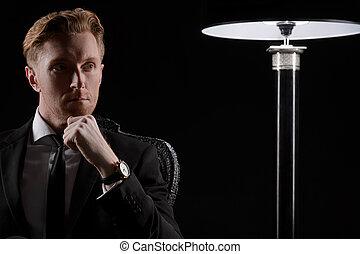 suo, seduta, lontano, giovane, mano, dall'aspetto, pensieroso, mento, uomo affari, ritratto, businessman.