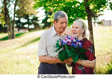 suo, vecchio, moglie, anziano, anni, do, uomo, 80, fiori, dà
