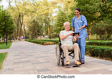 suo, vecchio, tavoletta, seduta, carrozzella, qualcosa, infermiera, uomo, mostra