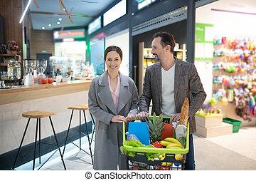 supermarché, soir, couple, partir, hommes affaires, beau