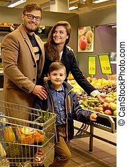 supermercato, giovane famiglia