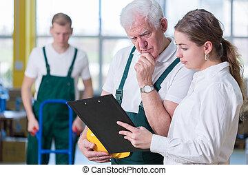 supervisor, hablar, con, almacenamiento, trabajador