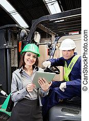 supervisor, tableta, carretilla elevadora, conductor, hembra, digital
