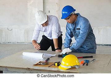 supervisor, voorman, of, architect, discussiëren, met, technisch, ingenieur, of, civiel, arbeider
