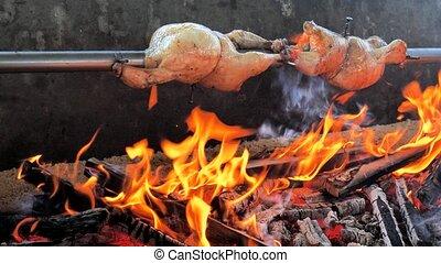 sur, épice, grillé, tourner, grill., poulet, hêtre, coals., poulets, clair, incandescent, rôti, brosse, bois, lent, broche, entier, être, mouvement