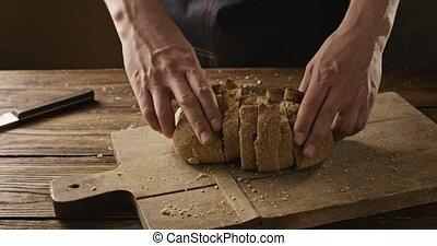 sur, a, conseil bois, à, pain, miettes, a, homme, plier,...