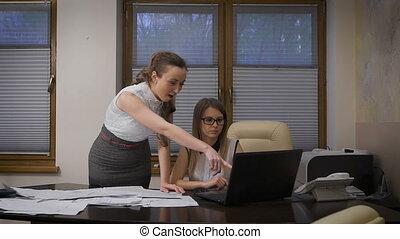 sur, business, réussi, enthousiaste, jeune, deux, sale., succeed., sentiments, femmes