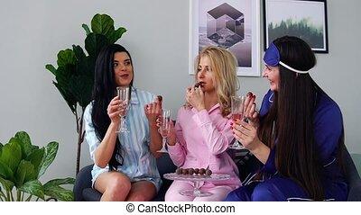 sur, candies., manger, sommeil, hommes, trois, mariage, demoiselles honneur, fête, boire, champagne, parler, avant