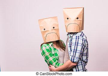 sur, concept, relation, famille, couverture, gens, couple, -, malheureux, triste, leur, papier, arrière-plan., faces, blanc, difficultés, sac, conflit