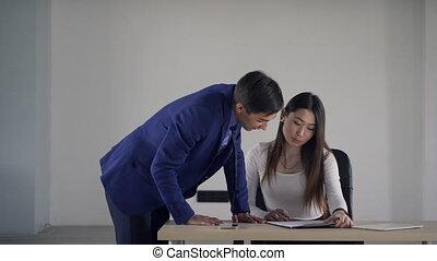 sur, femme, aide, demande, bureau., intérieur, travail, jeune, employé