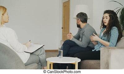 sur, femme, bureau, elle, visiter, discuter, fâché, jeune, conversation, psychologue, mariage, professionnel, counselor., couple, mari