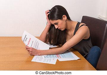 sur, femme, jeune, factures, inquiété