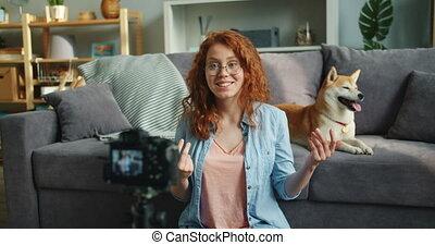 sur, femme, maison, enregistrement, appareil photo, vidéo, utilisation, professionnel, chiens, heureux