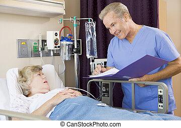 sur, femme, patient, docteur, notes, confection, personne agee