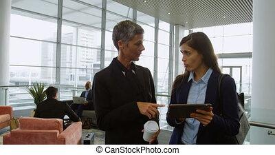 sur, femmes affaires, tablette numérique, discuter, 4k