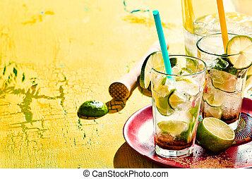 sur, fond jaune, caipirinha, plateau, boissons