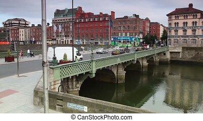 sur, grattan, passers-by, liffey rivière, voitures, pont, croix