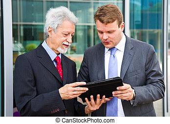 sur, hommes affaires, deux, projet, conversation, associé