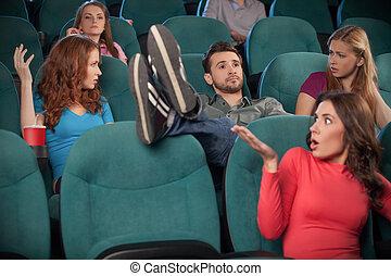 sur, hommes, film regardant, anyone., jeune, don?t, pieds, ...