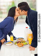 sur, indien, baisers, table, petit déjeuner, couple, aimer