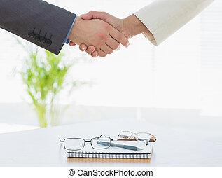 sur, mains, oeil, business, lunettes, secousse, agenda, après, réunion