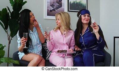 sur, manger, sommeil, candies., trois, men., mariage, demoiselles honneur, fête, boire, champagne, parler, avant