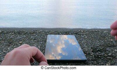 sur, mobile, photos., regarder, téléphone, ocean., close-up., plage caillou, ton, homme