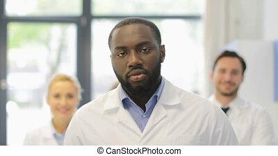 sur, moderne, promenade, américain, scientifique, homme, africaine, laboratoire, sourire, équipe, chercheurs, heureux