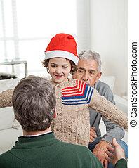 sur, père, fils, embrasser, santa chapeau