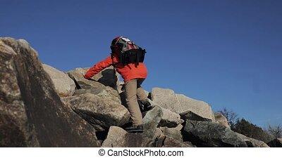 sur, sien, cliff., ascent., sommet, gagnant, ciel, fond, mains, escalade, homme, levage, heureux