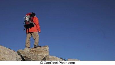 sur, sien, falaise, autour de, ascent., sommet, regarder, mains, escalade, homme, levage, heureux